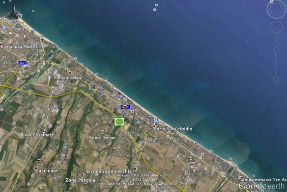 Dall'alto si vedono i due pennelli, le scogliere soffolte e la silouette della costa