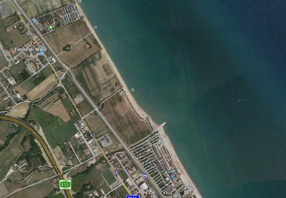Il pennello sul fosso di Castellano che aumenta la spiagga davanti all'Holiday e annienta quella davanti a Cococciò e La Risacca